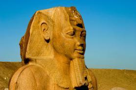 Staroegyptského města Tanis se sochou